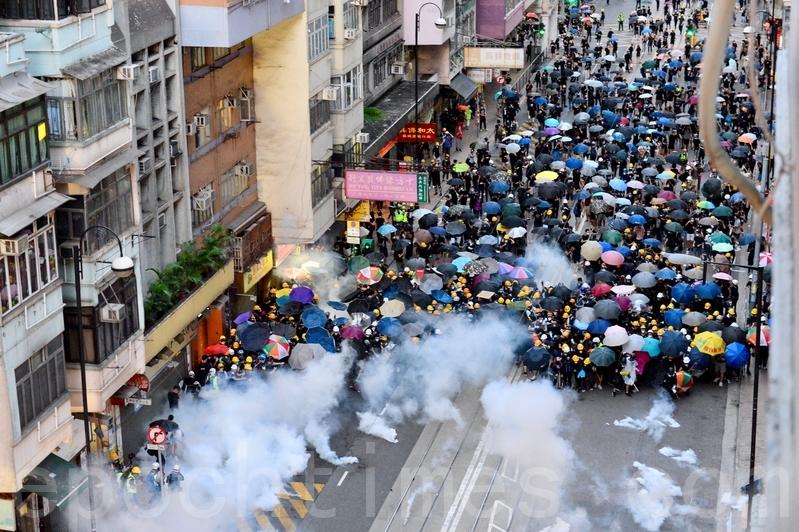 香港警方7月28日全副武裝,強力驅散和平抗議民眾,並不斷施放催淚彈。(宋碧龍/大紀元)