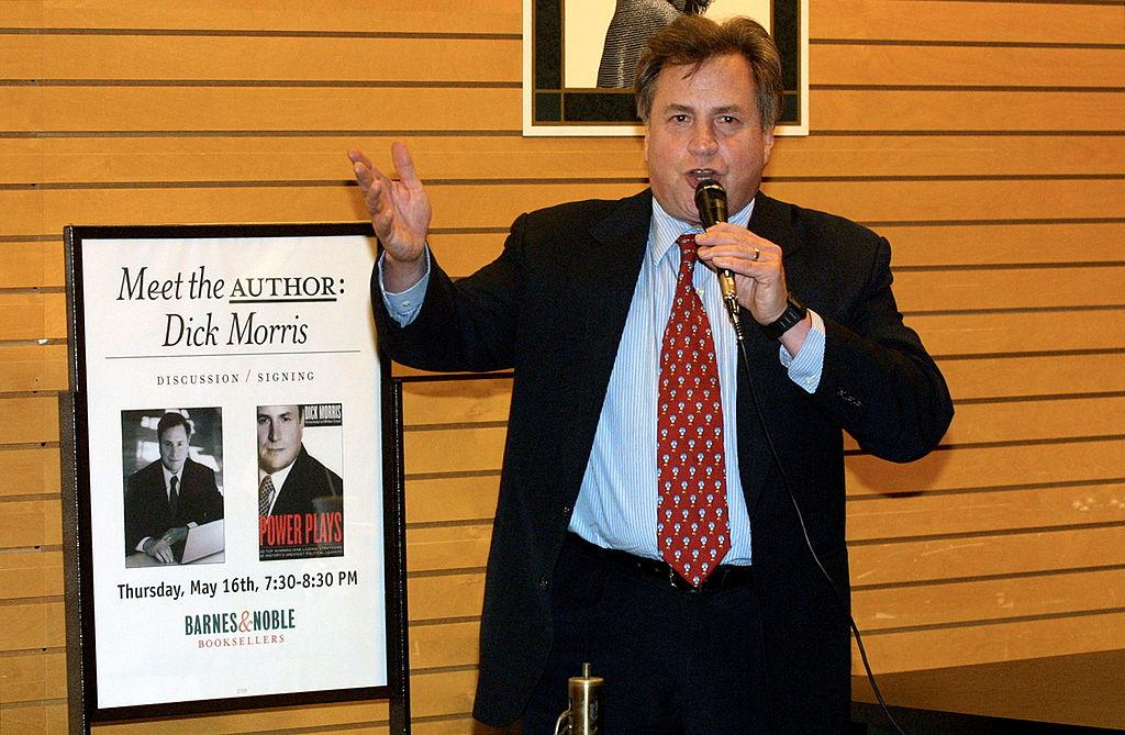 政治策略家、作家迪克·莫里斯(Dick Morris)於2002年5月16日在美國加州洛杉磯的新書發佈會上。(Frederick M. Brown/Getty Images)
