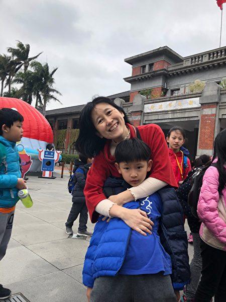 法輪功學員蔡珊瑜和可愛的兒子合照。(蔡珊瑜提供)
