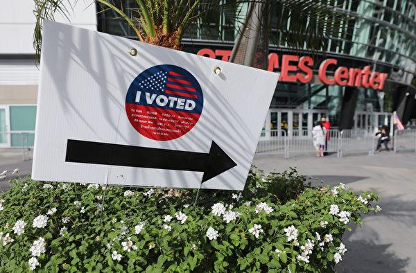2020年10月30日,洛縣再開放了第二批650多個提前投票中心。圖為洛縣的斯台普斯中心(Staples Center)投票點。(Mario Tama/Getty Images)