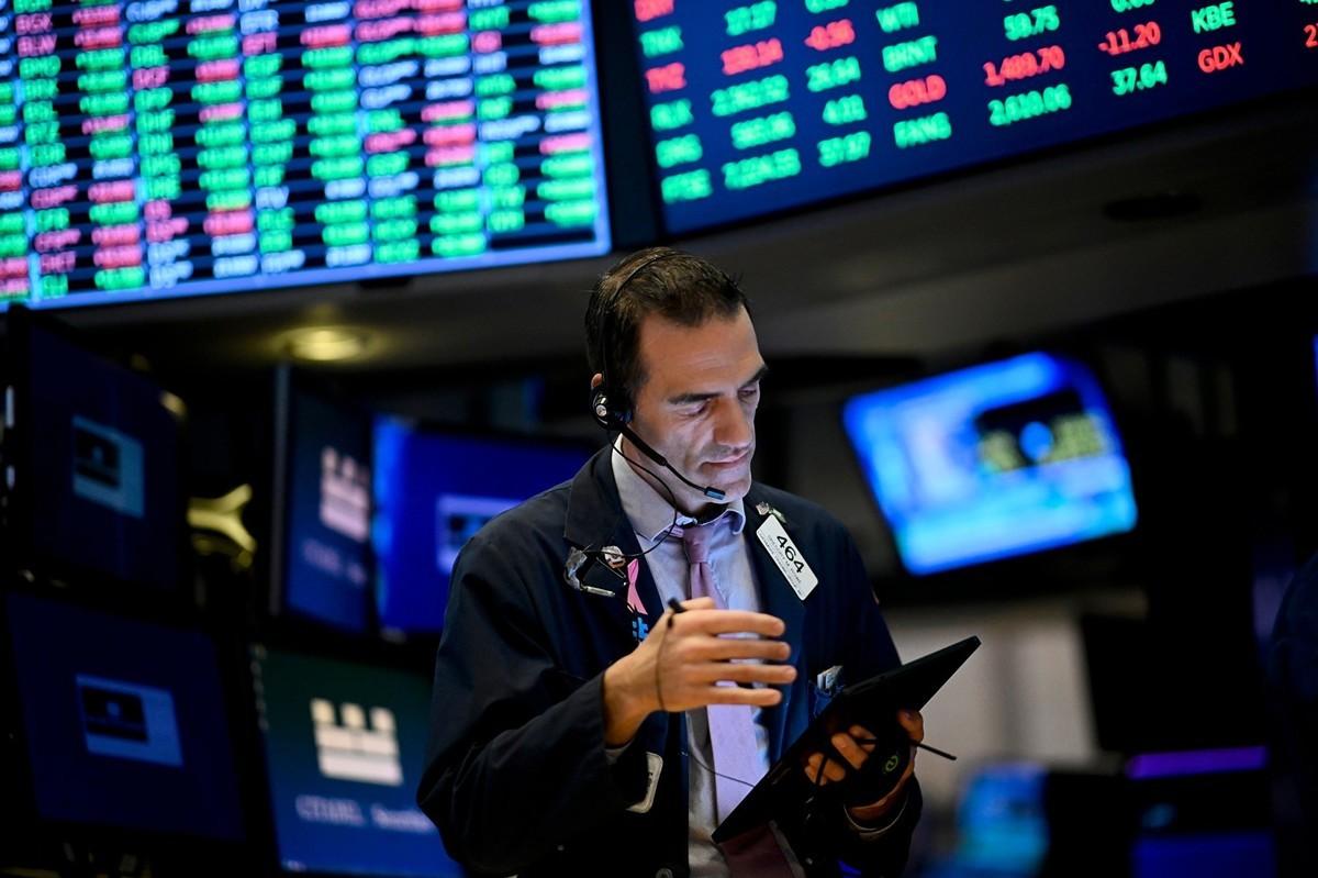 美國證券業協會行政總裁亞科韋拉撰文說,華爾街機構利用法規漏洞將美國投資者的龐大資金投入中國公司,無形中資助了中共的詭計。圖為2019年10月11日,位於紐約華爾街的紐約證券交易所。(JOHANNES EISELE/AFP via Getty Images)