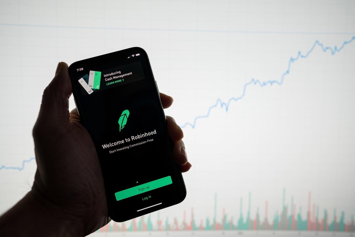 一部手機上顯示的Robinhood應用程式。(Shutterstock)