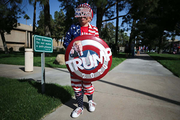 2020年11月7日,在亞利桑那州鳳凰城,一名特朗普總統的支持者。(Mario Tama/Getty Images)