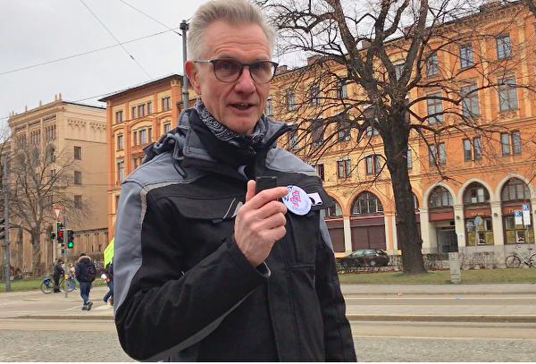 健康營養諮詢師、巴伐利亞同舟共濟聯盟(Bayern steht zusammen)第一董事德雷爾(Bernd Thomas Dreyer)接受大紀元記者採訪表示,「唯一方法:政府必須下台」。(黃芩/大紀元)