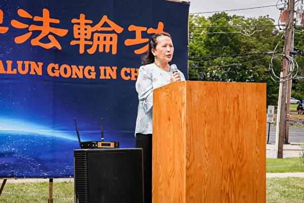 全球退黨服務中心主席易蓉女士在7月10日集會上表示,「中共不是一個政黨,而是一個恐怖的邪教組織。」。(張靜怡/大紀元)