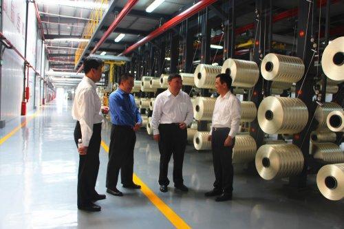 2016年,中復神鷹碳纖維公司千噸級T800原絲生產線投產。圖為中復神鷹公司T800碳纖維生產線。(網絡截圖)