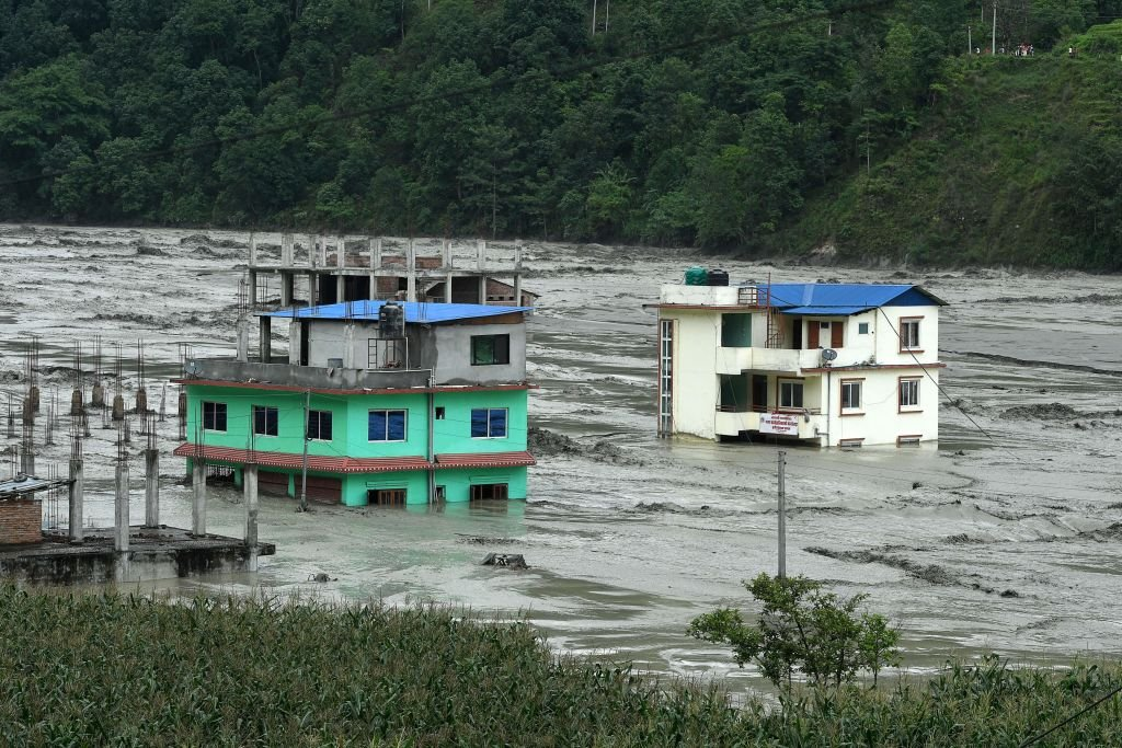 圖為6月16日,尼泊爾辛杜帕爾喬克地區(Sindhupalchowk)遭洪水襲擊後場景。(Photo by PRAKASH MATHEMA/AFP via Getty Images)