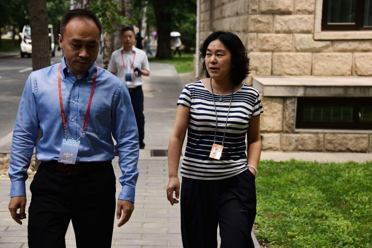 圖為中共外交部發言人華春瑩(右)2019年在中共中央黨校學習。(LEO RAMIREZ/AFP via Getty Images)