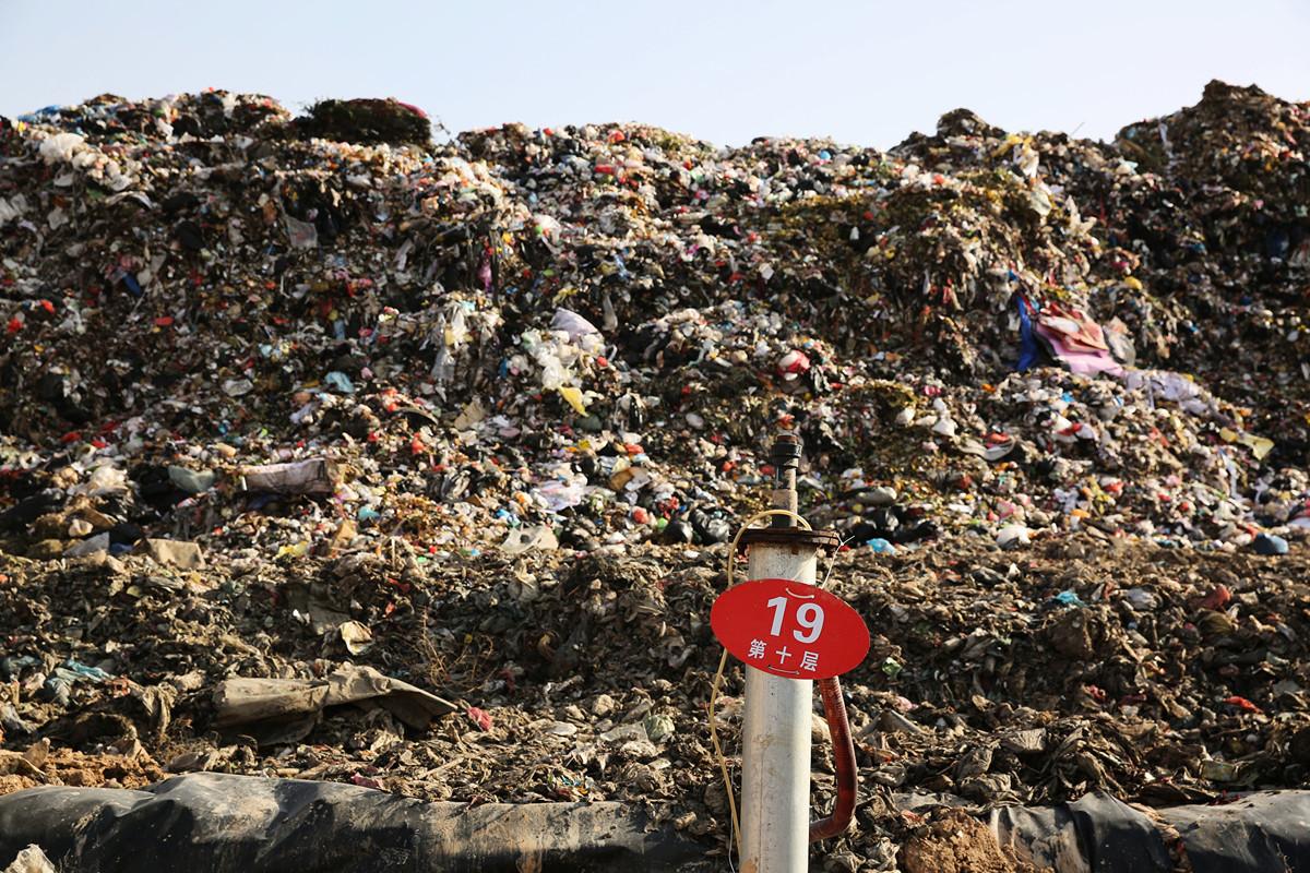 陝西省西安市的全國最大垃圾掩埋場提前25年被塞滿。圖為2016年12月5日拍攝的西安垃圾掩埋場。(大紀元資料室)