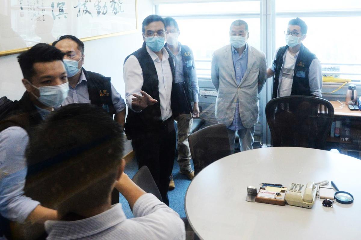 香港《蘋果日報》創辦人黎智英(右2)被抓,報社被查。 (中央社)