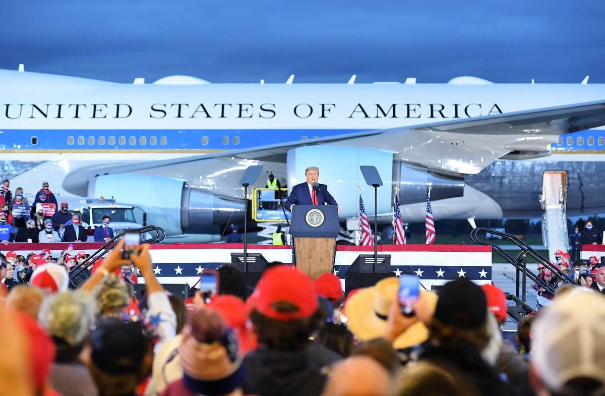 圖為美國總統特朗普於2020年9月10日在密歇根州弗里蘭德MBS國際機場的競選集會上向支持者致辭。(MANDEL NGAN/AFP)