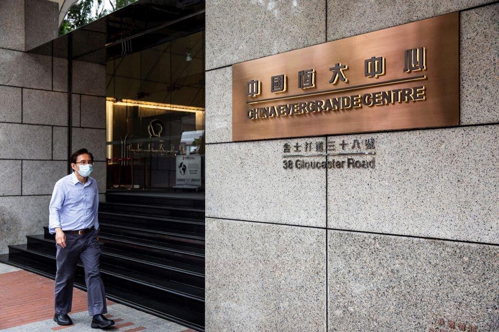 2021年8月6日,一名男子走過香港灣仔區的中國恒大中心。(ISAAC LAWRENCE/AFP via Getty Images)