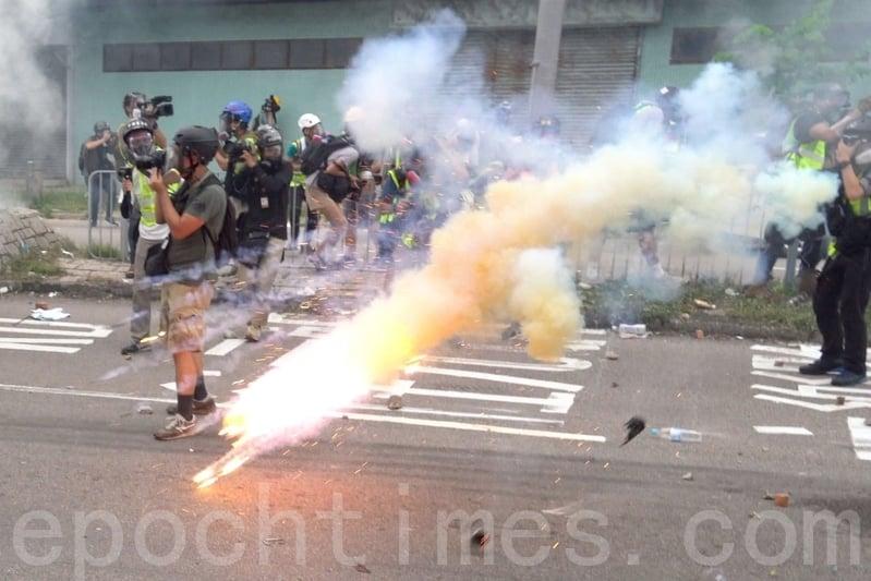 2019年7月27日,元朗大遊行,下午5點後,警民對峙,警方施放催淚彈驅散人群。(李逸/大紀元)