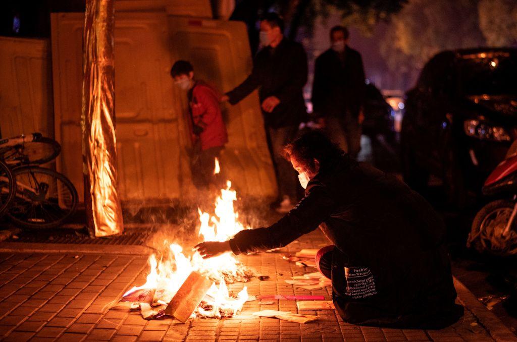 圖為2020年4月4日清明節,武漢疫亡者家屬燒紙追悼亡靈。(NOEL CELIS/AFP via Getty Images)