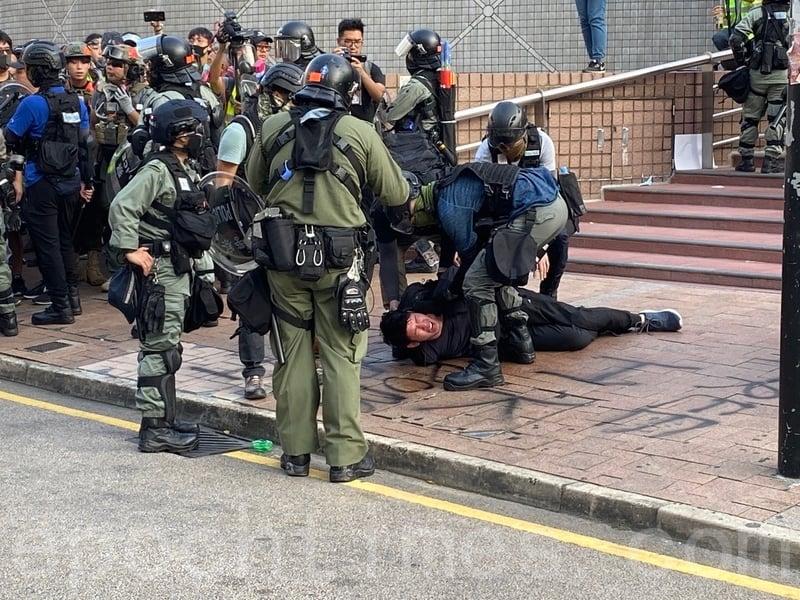 2019年10月27日,香港民眾從梳士巴利花園遊行,追究警方使用暴力。圖為防暴警察半島酒店制伏一名年輕人。(文瀚林/大紀元)