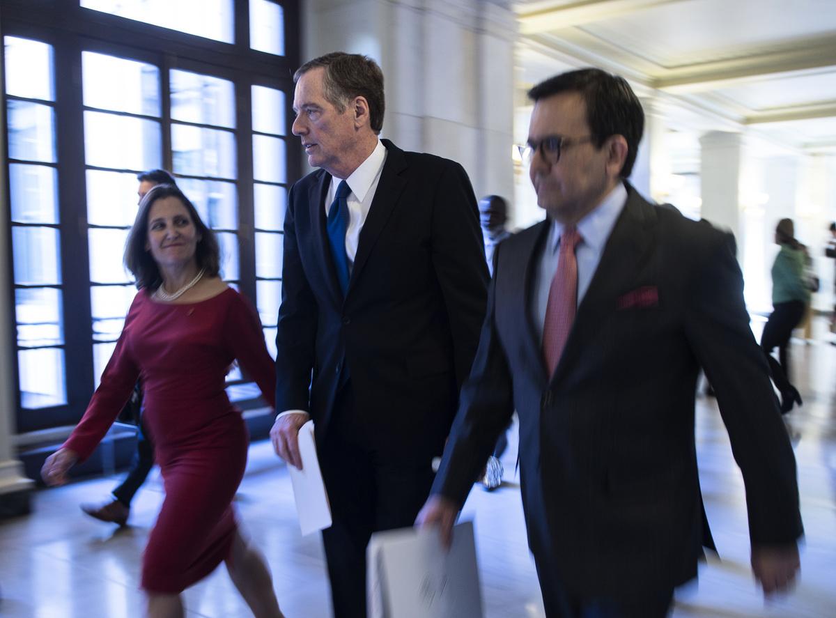 在周日(9月30日)午夜最後期限之前,美國和加拿大達成協議,更新北美自由貿易協定(NAFTA)。美國、加拿大與墨西哥一起,NAFTA將保持為三方協議。圖(從左到右)為方慧蘭、萊特希澤和墨西哥談判代表。(ANDREW CABALLERO-REYNOLDS/AFP/Getty Images)