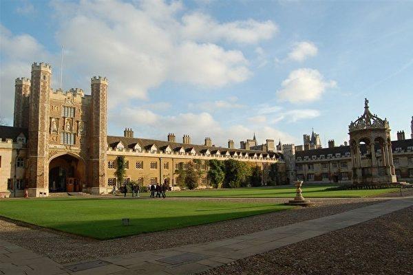 英國大學學費全球排名第三高,圖為具有500年歷史的劍橋大學三一學院。(LOIC VENNIN/AFP/Getty Images)