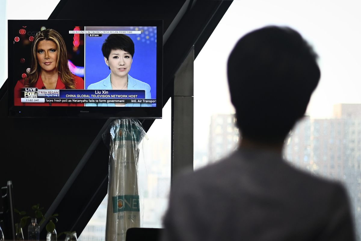 CGTN北美分台是中共大外宣在美國的主要「喉舌」之一。它通過有線和衛星電視,每天向三千萬美國家庭播送節目。圖為CGTN劉欣和霍士新聞女主播Trish Regan進行一場電視交鋒。(WANG ZHAO/AFP)