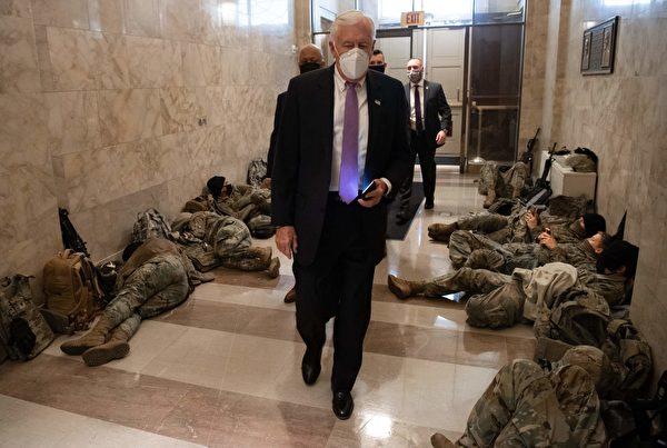 2021年1月13日,眾議院多數黨領袖,馬里蘭州民主黨人Steny Hoyer走過躺著休息的國民警衛隊成員旁邊。眾議院當天辯論並投票,彈劾美國總統唐納德·特朗普。(SAUL LOEB/AFP via Getty Images)