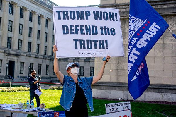 11月7日中午,上百特朗普總統的支持者在首府春頓市舉行「停止竊選」集會。參加者高舉支持特朗普的標語牌。(魚之樂/大紀元)