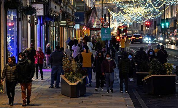 2020年12月20日,英國倫敦攝政街(Regent Street),街上許多民眾戴著口罩。(NIKLAS HALLE'N/AFP via Getty Images)