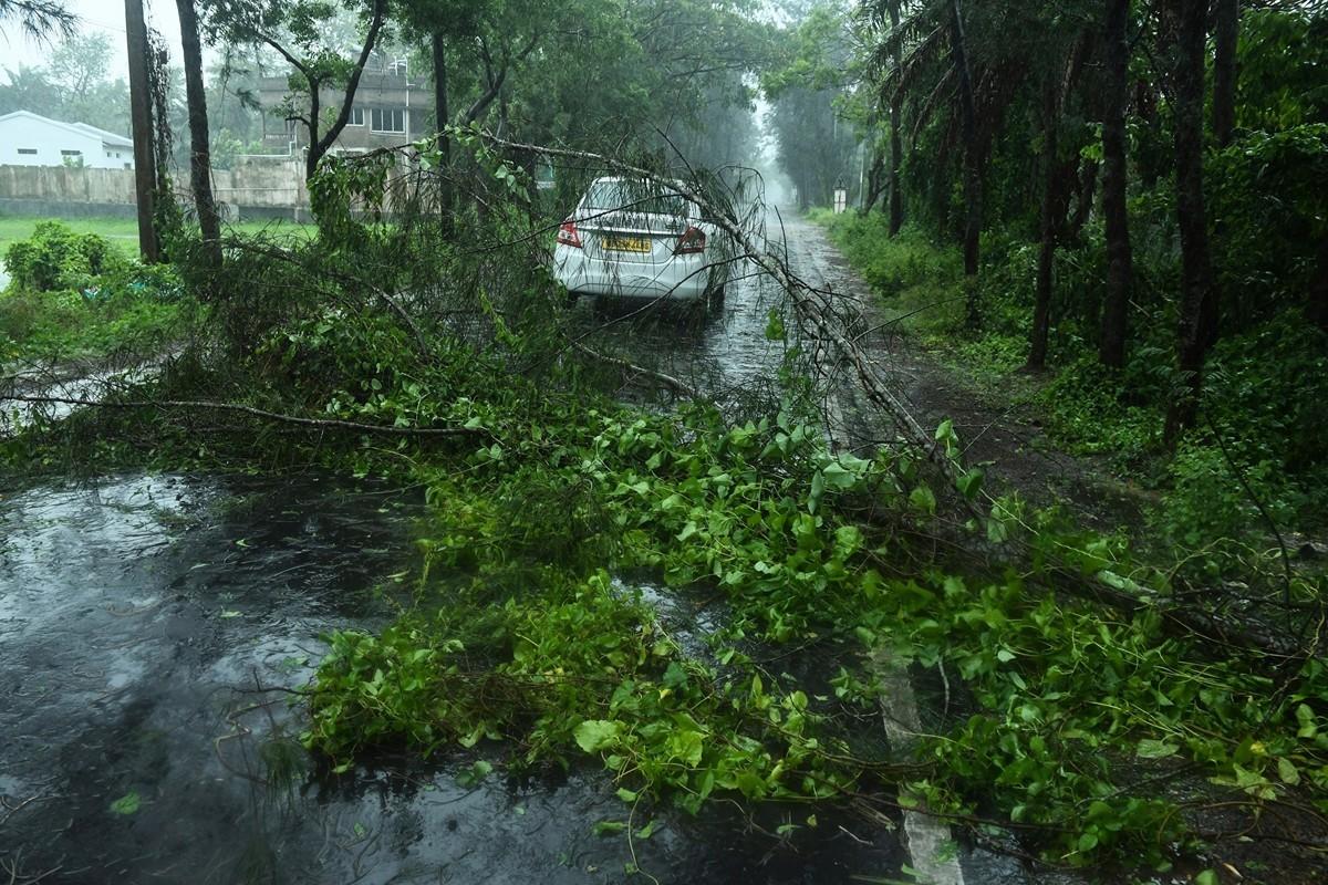 孟加拉灣數十年來最猛烈氣旋「安芬」(Amphan)2020年5月20日在印度東北部登陸,造成至少十多人死亡,並帶來大雨和破壞性的強風。(DIBYANGSHU SARKAR/AFP via Getty Images)