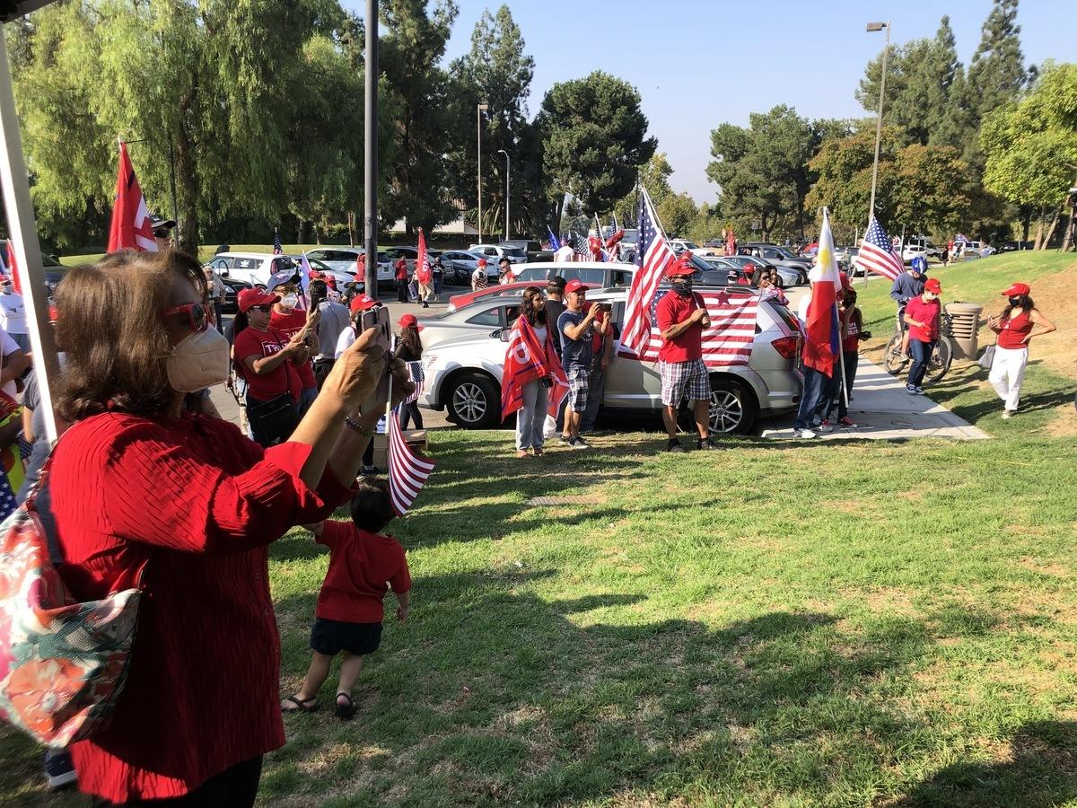 2020年10月4日(周日)上午,三百多位菲律賓裔美國人在洛杉磯核桃市的溪畔公園(Creekside Park)集會和舉行汽車拉力賽,慶祝特朗普總統的施政政策在國內外取得的成功。(李梅/大紀元)