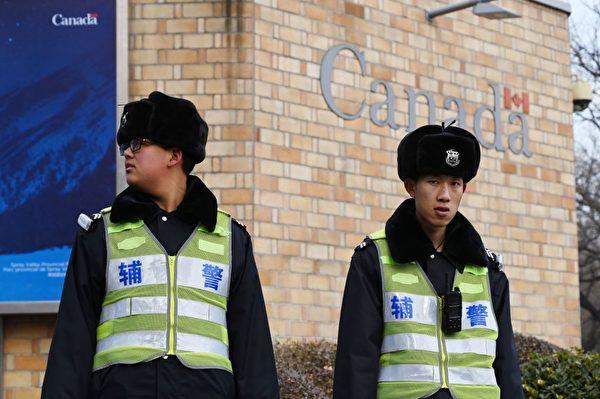 2019年1月27日,兩名警官在加拿大駐北京大使館外站崗。(Greg Baker/AFP/Getty Images)
