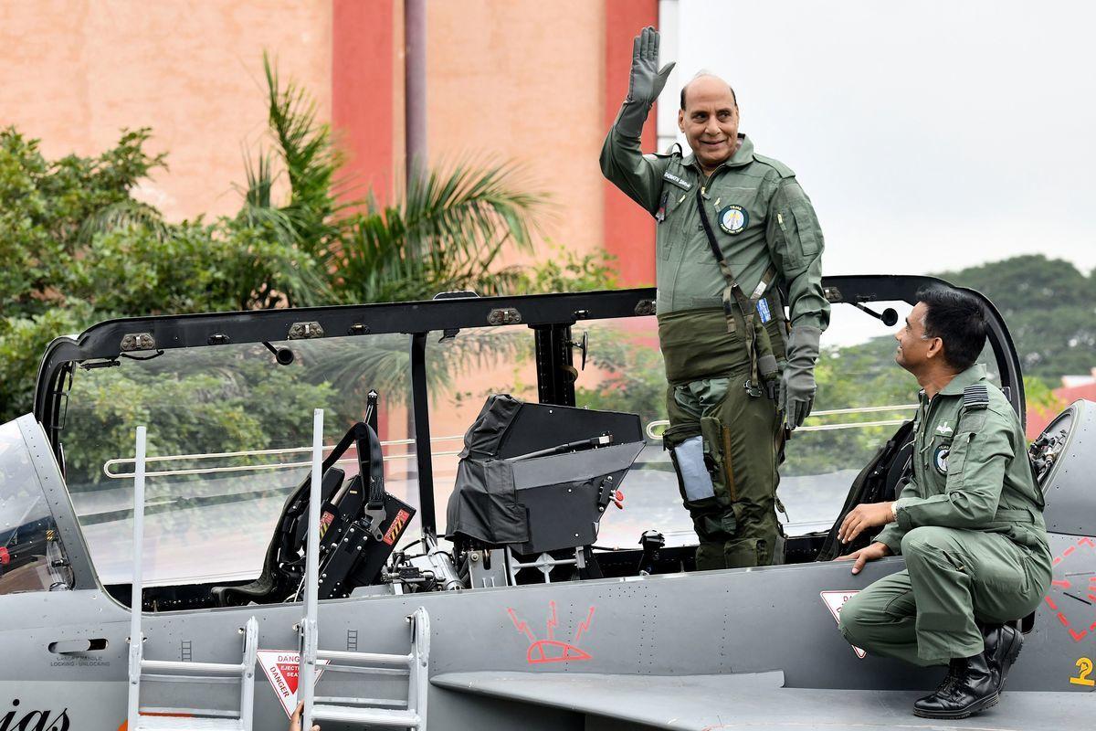圖中站立揮手之人為印度國防部長拉格納特‧辛格(Rajnath Singh)。(MANJUNATH KIRAN/AFP via Getty Images)