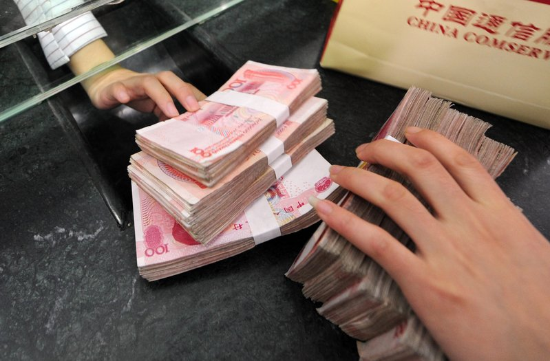 近來人民幣大幅貶值或引發大陸資金大量外流。(AFP)