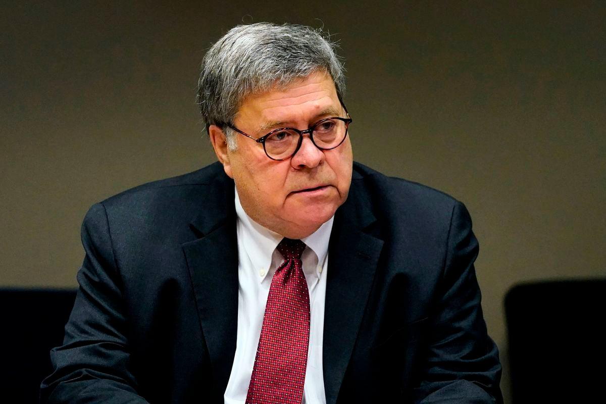 美司法部長巴爾(William Barr)2020年10月21日在訪問孟菲斯執法部門期間,宣佈了「傳奇行動」的最新情況。圖為巴爾在密蘇里州會見聖路易斯警察局成員。(JEFF ROBERSON/POOL/AFP via Getty Images)