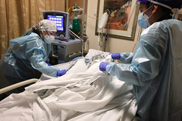 2021年1月27日,在加州蘋果谷的普羅維登斯聖瑪麗醫療中心裏,臨床醫生正在護理一名中共病毒(俗稱武漢病毒、新冠病毒、COVID-19)患者。(Mario Tama/Getty Images)