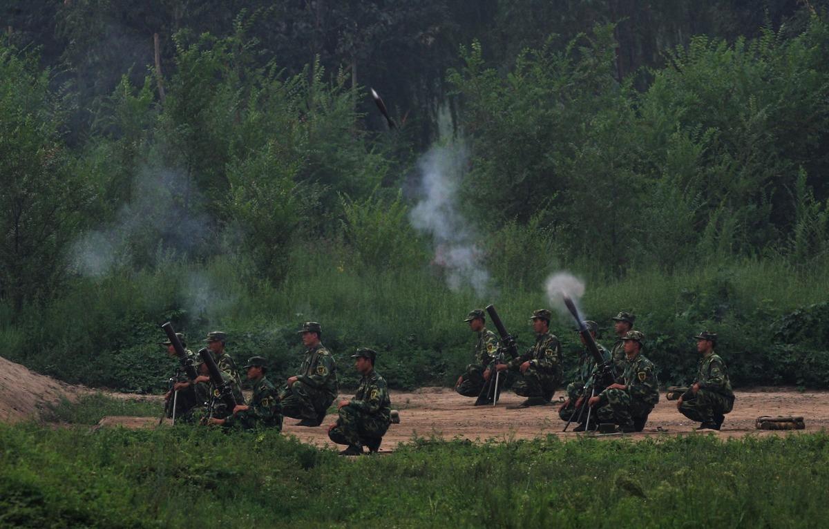 圖為2007年7月30日,中共第196步兵旅在北京附近的楊村基地演示炮擊。(Guang Niu/Getty Images)