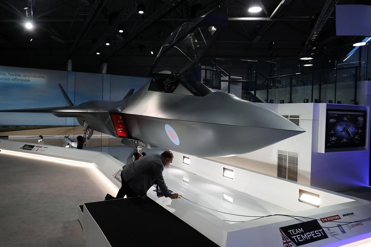 英國媒體報道說,瑞典擬加入英國,共同研發第六代戰機「暴風雨」。圖為2018年7月16日,「暴風雨」的模型在倫敦公開亮相。(TOLGA AKMEN/AFP/Getty Images)