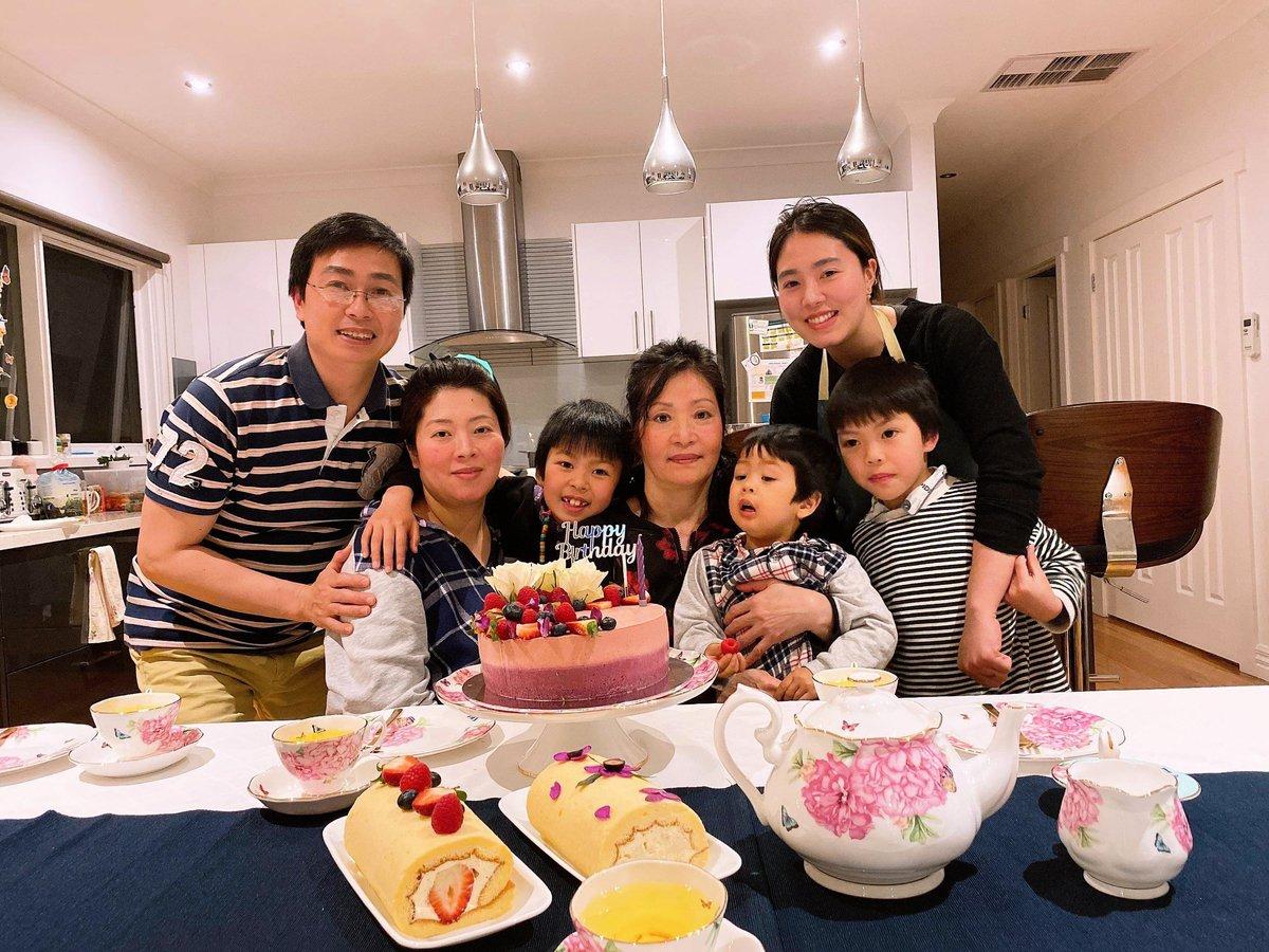 圖為越南裔法輪功學員Tran Ngoc Hien(左四)的家庭合照。(本人提供)