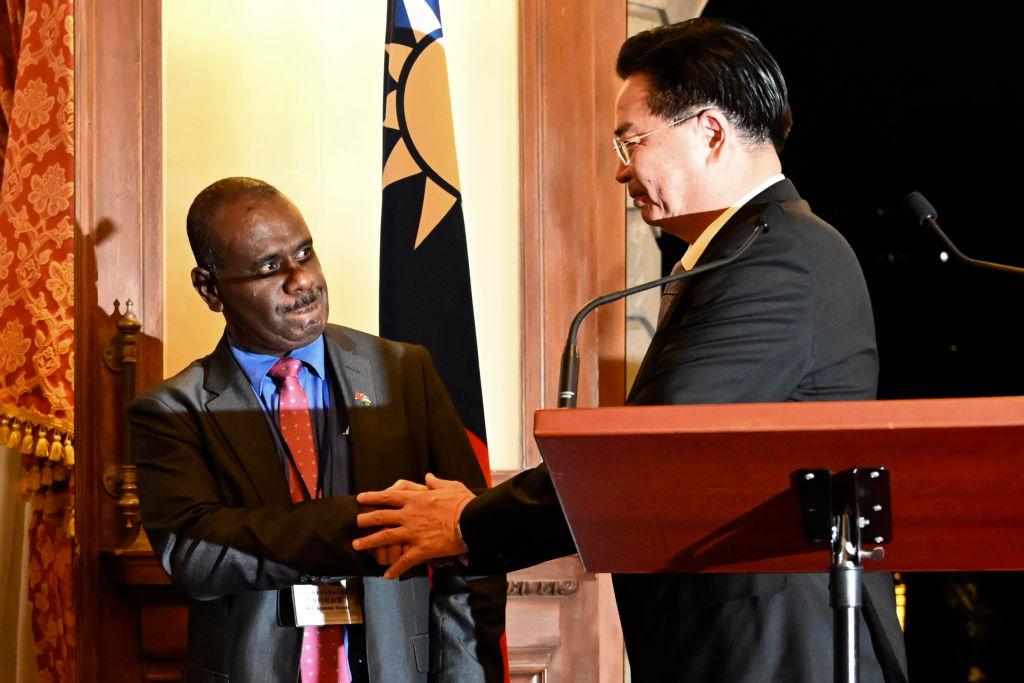 9月9日,台灣外長吳釗燮與所羅門外長在記者會上。(Sam YEH/AFP)