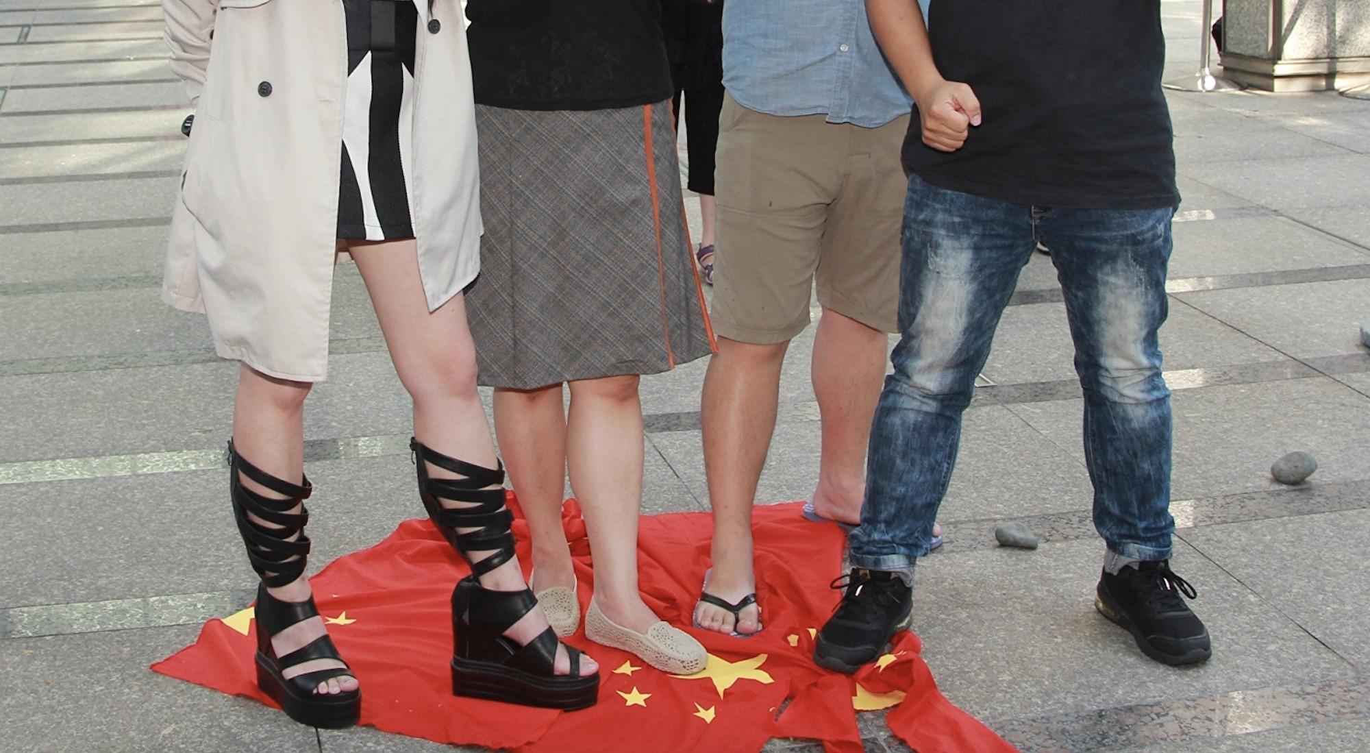 國際多次提醒中共意圖干預台灣的大選,中共國台辦卻稱「我們從來都不介入台灣地區選舉」。圖為台聯以撕毀、踩踏中國五星旗的方式,抗議中共對香港的暴行。 (台聯提供)