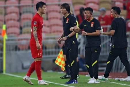 中國隊主教練李鐵的排兵布陣和對四名歸化球員的使用一直受到外界質疑。(AFP via Getty Images)