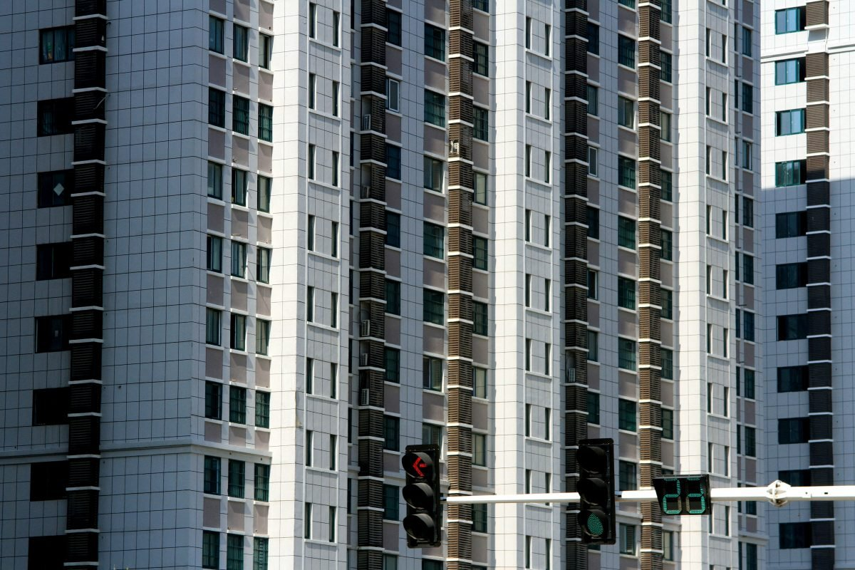 償債高峰來臨,大陸房企密集發債融資。圖為江蘇省淮安市2018年建蓋的一棟公寓樓。(VCG/Getty Images)