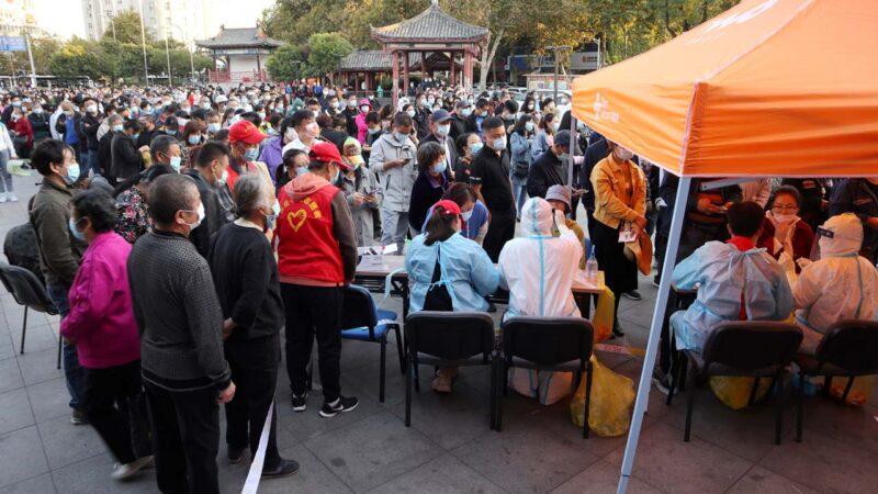 2020年10月12日,青島市民排隊接受中共病毒檢測。(STRAFP via Getty Images)
