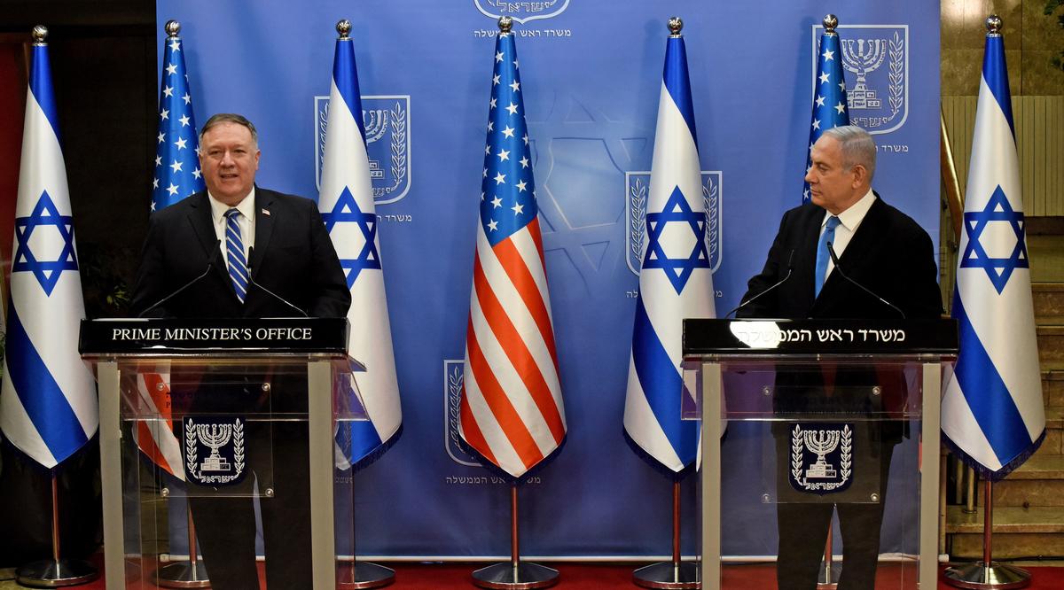 美國國務卿蓬佩奧2020年8月24日與以色列總理內塔尼亞胡召開聯合新聞會。(DEBBIE HILL/various sources/AFP)