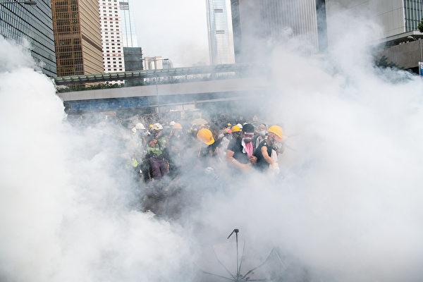 港警方向手無寸鐵和平示威的民眾發射催淚彈,逾70人受傷。警方過度暴力被指與中共在背後運作有關(Billy H.C. Kwok/Getty Images)