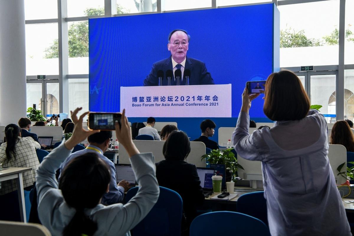 今天(4月20日)是博鰲亞洲論壇開幕式。中共國家副主席王岐山現身,稱自己只是「臨時主持人」,替中共國家主席習近平致辭「報幕」。(STR/AFP via Getty Images)