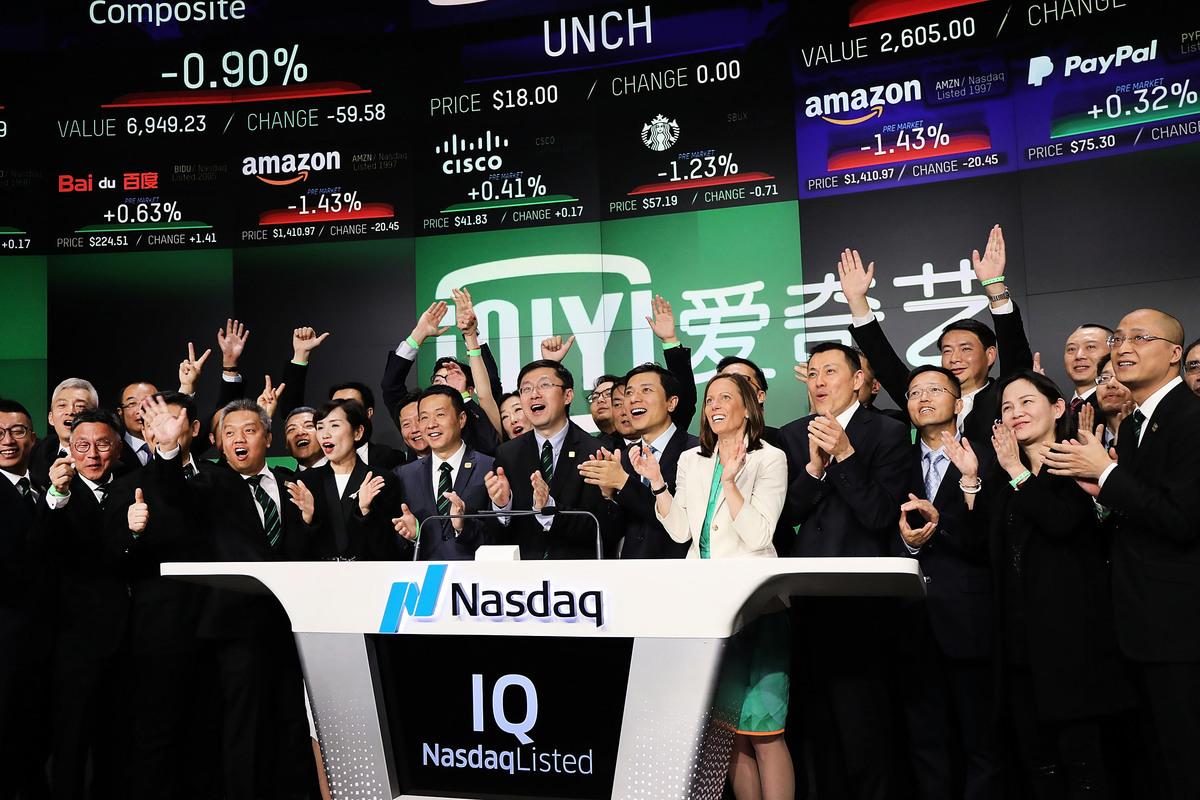 在美國上市的中概股愛奇藝(IQiyi)日前在紐約被投資者集體訴訟。圖為愛奇藝2018年3月29日在紐約市進行首次公開招股(IPO)。(Spencer Platt/Getty Images)
