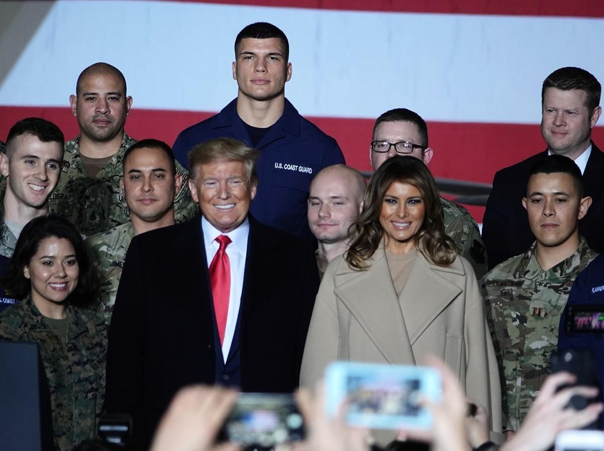 2019年12月20日晚,美國總統特朗普在安德魯斯空軍基地簽署《國防授權法》。美國第一夫人梅拉尼亞祝賀現場的軍人聖誕節快樂。(亦平/大紀元)