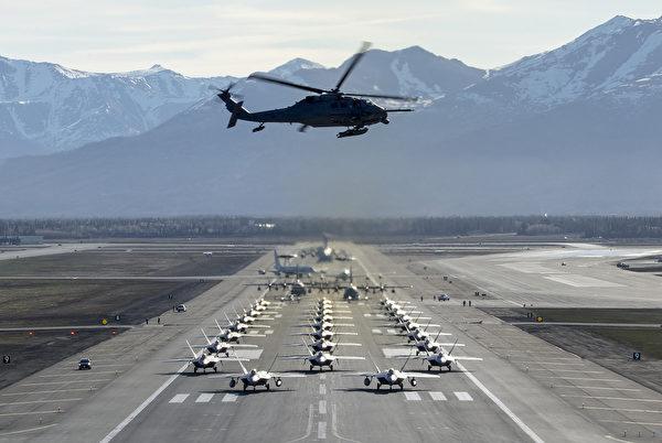 2020年5月5日,美軍在阿拉斯加理查森空軍基地展示各種戰機大象漫步,包括F-22猛禽戰鬥機、C-17運輸機 Globemaster,E-3哨兵預警機,C-12F休倫運輸機,C-130J超級大力神運輸機和HH-60G直升機。(美國空軍)