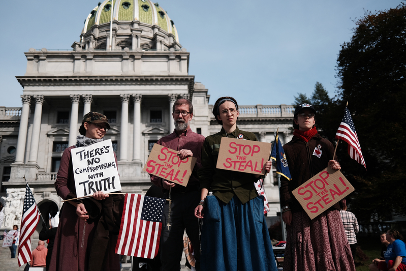 2020年11月5日,賓夕凡尼亞州葛底斯堡,民眾聚集在州議會廈前抗議選舉舞弊,要求停止竊選。(Spencer Platt/Getty Images)