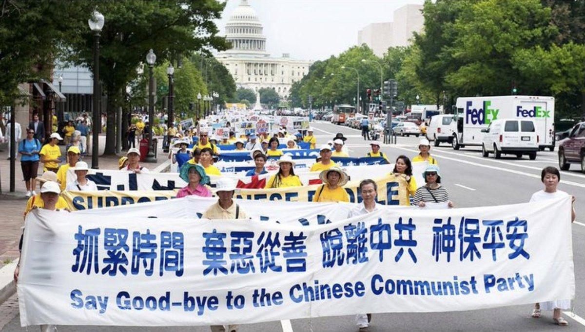 海外法輪功學員聲援中國人退出中共黨團隊的「三退」大潮。(大紀元)
