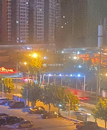 網友拍到消防車疾馳趕往爆炸地點。(微博)