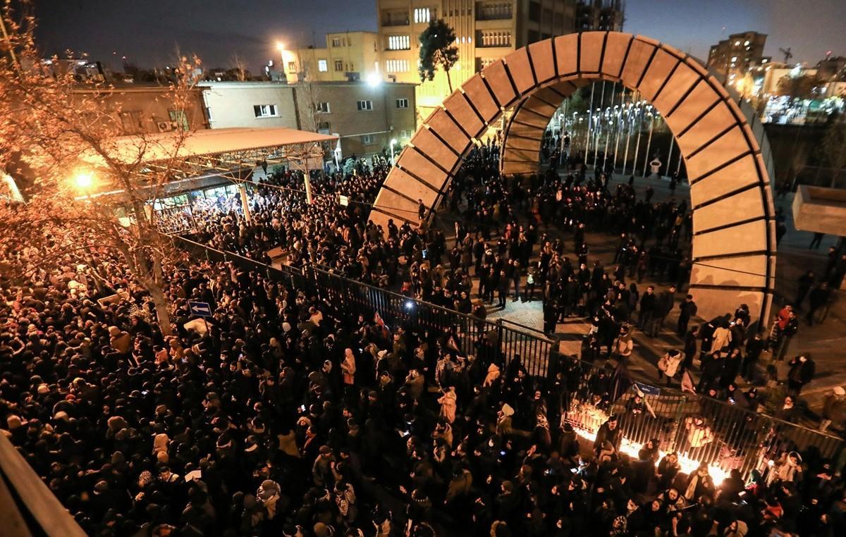 2020年1月11日,伊朗德黑蘭民眾聚集在一所大學前抗議該國政府「誤擊」烏克蘭航空公司的班機。(ATTA KENARE/AFP via Getty Images)
